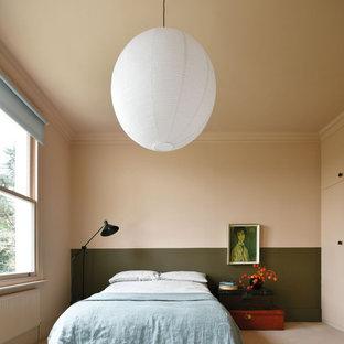 Ejemplo de dormitorio principal, bohemio, grande, con paredes rosas, moqueta y suelo rosa