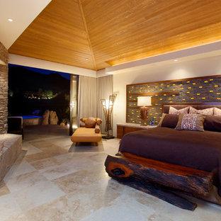 Свежая идея для дизайна: огромная хозяйская спальня в современном стиле с коричневыми стенами, полом из травертина, стандартным камином, фасадом камина из камня и бежевым полом - отличное фото интерьера