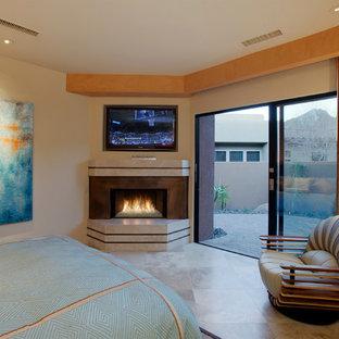 Modelo de habitación de invitados contemporánea, extra grande, con paredes marrones, suelo de travertino, chimenea tradicional y marco de chimenea de metal