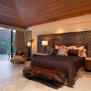 Ejemplo de dormitorio principal, actual, extra grande, con paredes marrones y suelo de travertino