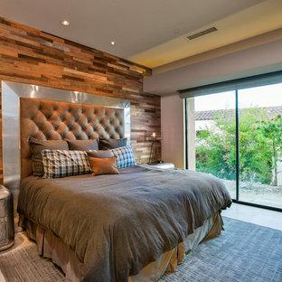 Imagen de habitación de invitados industrial, grande, sin chimenea, con paredes beige, suelo de travertino y suelo beige