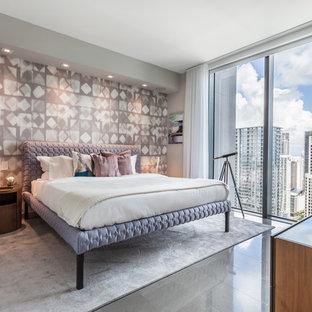 Exemple d'une chambre tendance avec un mur multicolore, aucune cheminée et un sol gris.