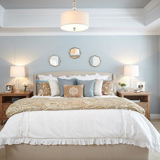 Traditional Bedroom by Villa Decor