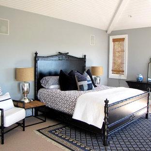 Ispirazione per una camera da letto vittoriana con pareti grigie, moquette e nessun camino