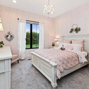 Diseño de dormitorio campestre, grande, sin chimenea, con paredes rosas, moqueta y suelo gris