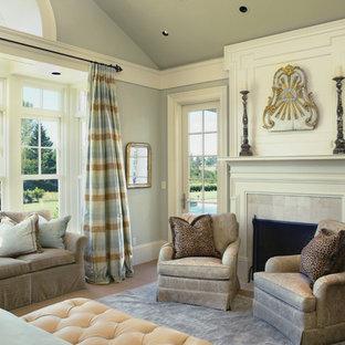 Esempio di una camera da letto classica con pareti grigie e camino classico