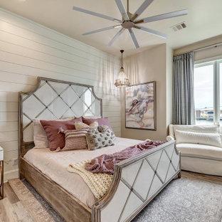Idéer för ett klassiskt gästrum, med beige väggar, mellanmörkt trägolv och brunt golv
