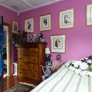 Idee per una camera matrimoniale boho chic di medie dimensioni con pareti rosa e pavimento in legno massello medio