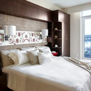 バンクーバーの中サイズのコンテンポラリースタイルのおしゃれな主寝室 (ベージュの壁、大理石の床、暖炉なし、茶色い床) のインテリア