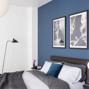 Foto de dormitorio principal, actual, de tamaño medio, sin chimenea, con paredes blancas, suelo de madera clara y suelo beige