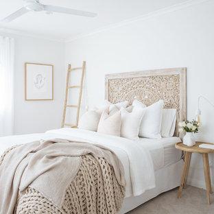 Foto di una grande camera matrimoniale costiera con pareti bianche, moquette e pavimento grigio