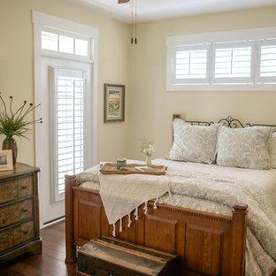 Esempio di una camera degli ospiti american style di medie dimensioni con pareti beige e pavimento in legno massello medio