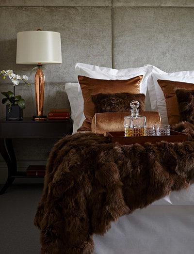 コンテンポラリー 寝室 by LuxDeco