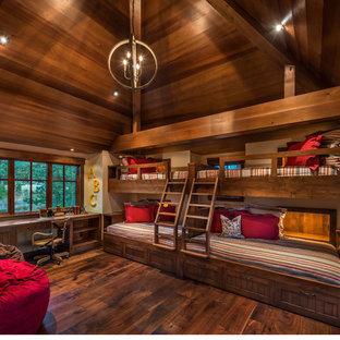 Imagen de dormitorio tipo loft, rústico, grande, con paredes marrones, suelo de madera en tonos medios y suelo marrón