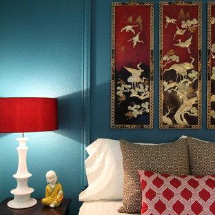 Idée de décoration pour une chambre asiatique avec un mur bleu.