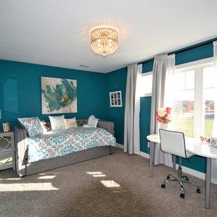Aménagement d'une chambre avec moquette craftsman de taille moyenne avec un mur bleu et aucune cheminée.
