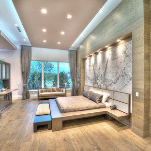 Стильный дизайн: спальня в современном стиле с коричневыми стенами, паркетным полом среднего тона и коричневым полом - последний тренд