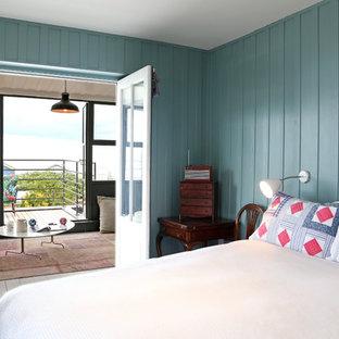 Imagen de dormitorio marinero con paredes azules y suelo de madera pintada