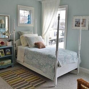 Diseño de habitación de invitados costera, pequeña, sin chimenea, con paredes azules, suelo de ladrillo y suelo gris