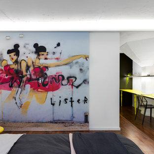 Ispirazione per una piccola camera da letto contemporanea con pareti bianche, pavimento in linoleum e pavimento marrone
