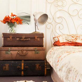 Ejemplo de dormitorio romántico, grande, con paredes blancas y suelo de madera pintada