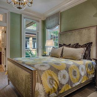 Идея дизайна: большая хозяйская спальня в стиле современная классика с зелеными стенами, ковровым покрытием и зеленым полом без камина