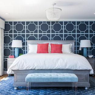 プロビデンスの広いコンテンポラリースタイルのおしゃれな主寝室 (グレーの壁、無垢フローリング、暖炉なし) のインテリア