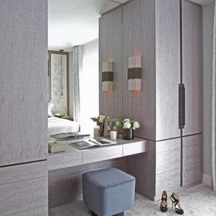 Idée de décoration pour une grand chambre parentale design avec un mur gris et un sol turquoise.