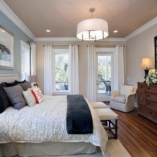 Diseño de dormitorio clásico con suelo de bambú y paredes azules