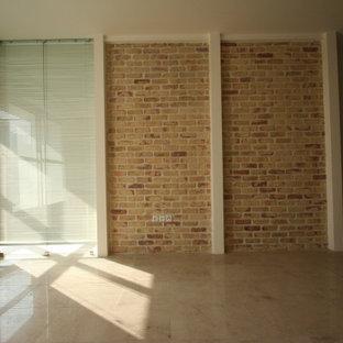 Foto de dormitorio urbano, de tamaño medio, con paredes beige, suelo de travertino y suelo marrón