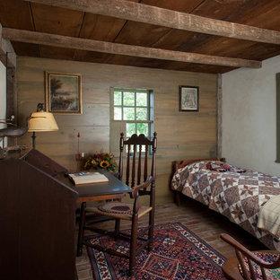 Пример оригинального дизайна: маленькая спальня в стиле кантри с кирпичным полом, серыми стенами и рабочим местом без камина