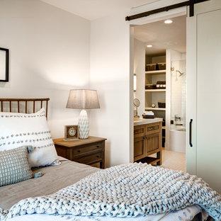 Esempio di una piccola camera degli ospiti stile marino con pareti bianche, pavimento in marmo e pavimento bianco