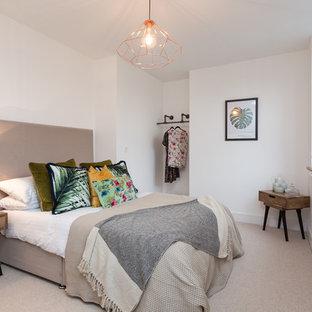 Foto di una camera da letto classica con pareti bianche, moquette, nessun camino e pavimento beige