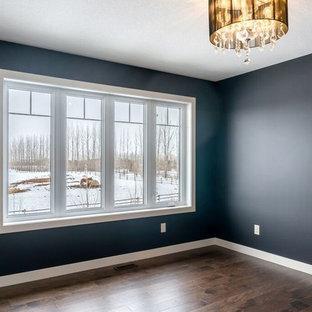 Idee per una grande camera matrimoniale stile americano con pareti nere, pavimento in legno massello medio e pavimento marrone