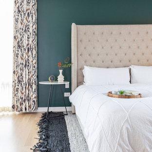 Diseño de dormitorio principal, vintage, con paredes verdes
