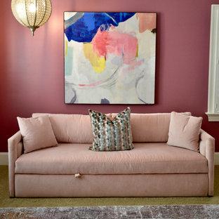 Foto di una camera da letto stile loft moderna di medie dimensioni con pareti rosa, moquette e pavimento beige