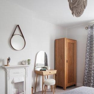 Idéer för mellanstora minimalistiska gästrum, med vita väggar, heltäckningsmatta, en spiselkrans i metall och grått golv
