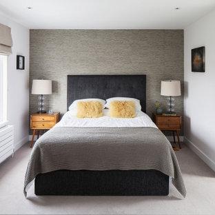 Inspiration för ett stort minimalistiskt huvudsovrum, med vita väggar, heltäckningsmatta och grått golv