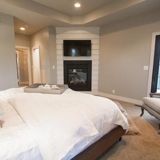 Идея дизайна: хозяйская спальня среднего размера в классическом стиле с бежевыми стенами, ковровым покрытием, подвесным камином и фасадом камина из металла
