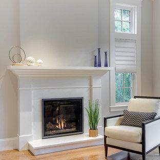 Modelo de dormitorio principal, clásico renovado, grande, con paredes grises, suelo de linóleo, chimenea tradicional, marco de chimenea de piedra y suelo beige