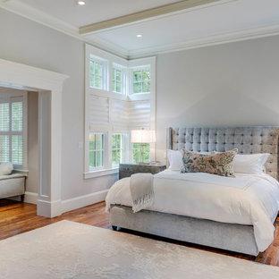 Пример оригинального дизайна: большая хозяйская спальня в стиле современная классика с серыми стенами, полом из линолеума, стандартным камином, фасадом камина из камня и бежевым полом