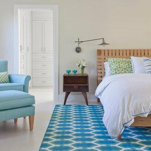 Imagen de dormitorio principal, clásico, de tamaño medio, sin chimenea, con paredes beige y suelo vinílico