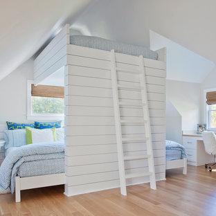 Ejemplo de habitación de invitados tradicional, grande, sin chimenea, con paredes blancas y suelo de madera en tonos medios