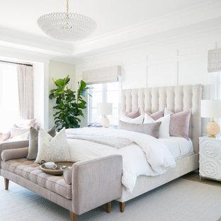 オレンジカウンティのビーチスタイルのおしゃれな寝室 (白い壁、無垢フローリング、茶色い床、折り上げ天井、パネル壁) のインテリア