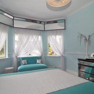 Стильный дизайн: большая спальня в стиле модернизм с полом из травертина и синими стенами - последний тренд