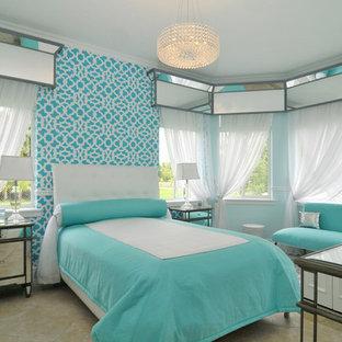 Imagen de habitación de invitados contemporánea, grande, con paredes azules y suelo de travertino