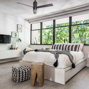 Esempio di una piccola camera matrimoniale design con pareti grigie, pavimento in gres porcellanato e pavimento grigio