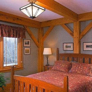 Imagen de habitación de invitados de estilo americano, de tamaño medio, con paredes grises y suelo de madera clara