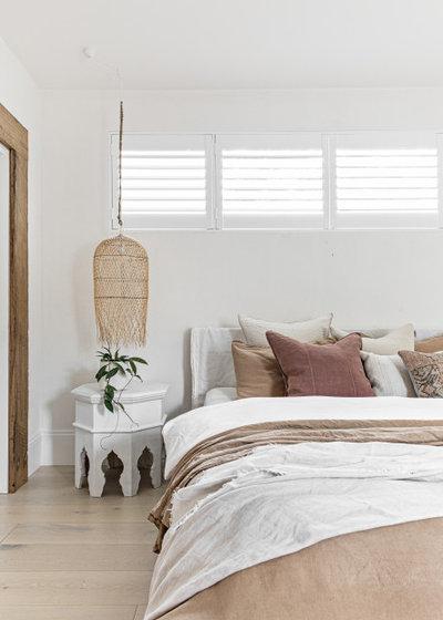 ビーチスタイル 寝室 by Visualising Interiors