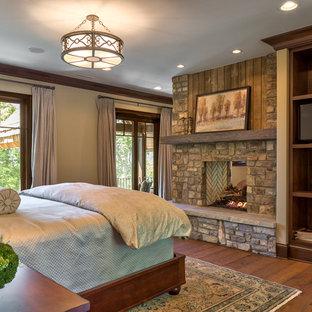 Foto de dormitorio tipo loft, rural, de tamaño medio, con paredes negras y suelo de madera en tonos medios